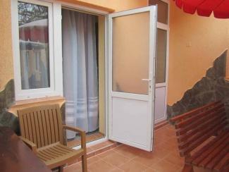 Вход в номер 2 гостевого двора в Евпатории на Московской/угол Киевской